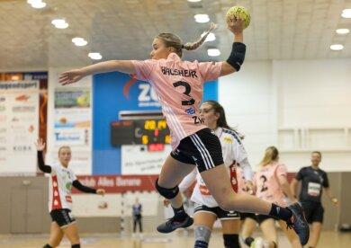 Die Formkurve bei Lena Hausherr zeigt nach oben: Nach nur einem Tor im Heimspiel gegen Halle (Foto) steuerte sie am Sonntag in Buxtehude vier Treffer für ihre Mannschaft bei.