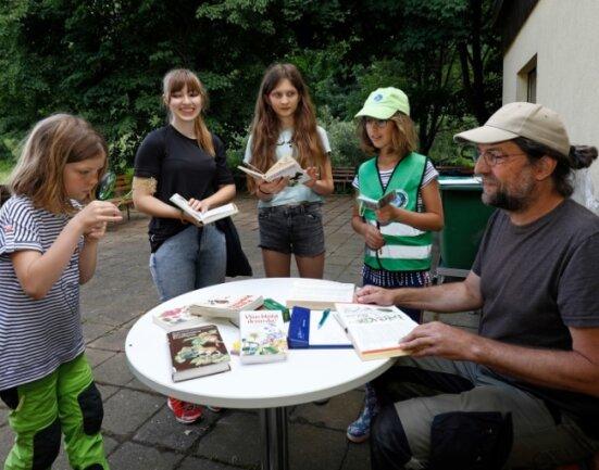Tobias Rietzsch (rechts) bestimmte mit den älteren Naturwächtern Pflanzen und Tiere.