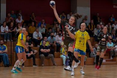 Wieder einmal ist Jenny Choinowski von der Leipziger Abwehr nicht zu stoppen. Die Zwickauerin erwies sich als erfolgreichste Torschützin im ersten Sachsenderby der Zweitliga-Saison.