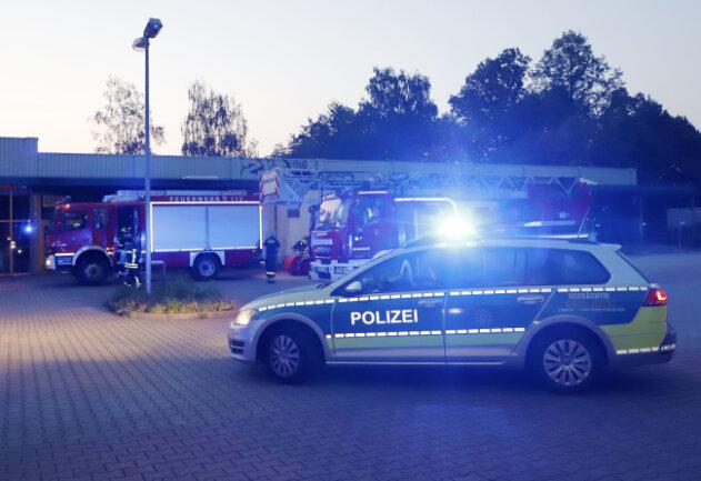 Am frühen Freitagmorgen sind am alten Lidl an der Willhelm-Firl-Strasse im Chemnitzer Stadtteil Markersdorf Mülltonnen ausgebrannt.