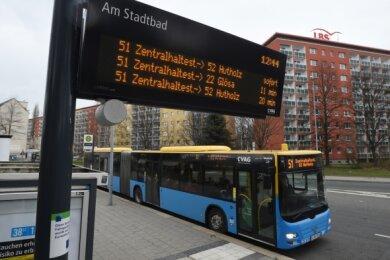 Fahrplanauskunft mit Zusatzinformationen: Fahrgäste der Linie 51 erfahren schon an der Haltestelle Am Stadtbad, ob der nächste Bus ab Zentralhaltestelle als Linie 22 in Richtung Glösa weiterfährt oder als Linie 52 nach Hutholz. Weitere Stationen sollen mit den Tafeln ausgerüstet werden.