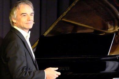 Der Klavierkabarettist Armin Fischer war innerhalb des Musikfestes Erzgebirge in der Stadthalle Oelsnitz zu Gast. Sein Familienkonzert war gleichermaßen humoristisch wie lehrreich.