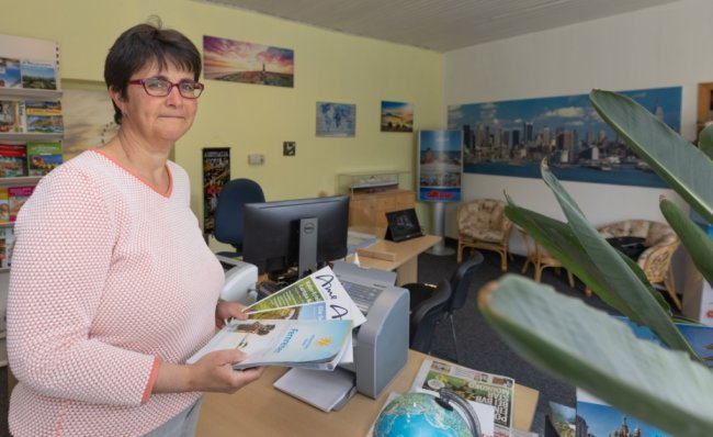 """Kathrin Kluge betreibt die """"Schlettauer Reisewelt"""" und kämpft sich seit mehr als einem Jahr als Soloselbstständige durch die Corona-Krise. Sie will nicht aufgeben. Foto: Ronny Küttner"""