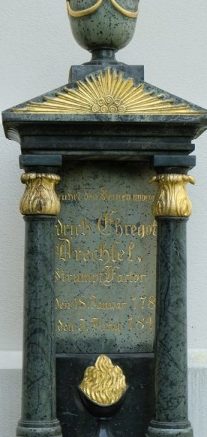 Der aus Zöblitzer Serpentinit gearbeitete Grabstein von Friedrich Ehregott Drechsel wurde jüngst frisch restauriert.
