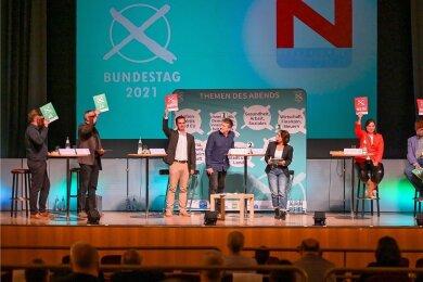 """Die Direktkandidaten des Vogtlandes im ersten Duell (von links): Johannes Höfer (Die Linke) , Olaf Horlbeck (Grüne), Kay Burmeister (SPD), Yvonne Magwas (CDU), André Ludwig (FDP) und Mathias Weiser (AfD). Die Runde wurde moderiert von den """"Freie Presse""""-Redakteuren Gunter Niehus und Susanne Kiwitter (Bildmitte). Am kommenden Freitag gibt es in Rodewisch ein weiteres Aufeinandertreffen der Direktkandidaten für den Bundestag."""