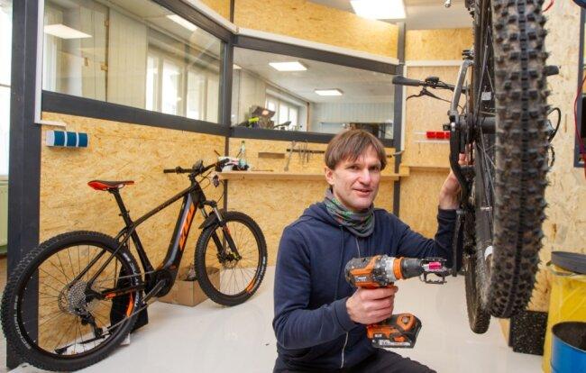 Fahrradhändler Stephan Kühnel in der neuen Werkstatt.