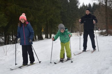 Unterwegs in Familie, aber auf ungespurter Loipe: Kathleen und Erwin mit Vater Sebastian Jähn aus Auerbach bei ihrer Skiwanderung ab Beerheide in Richtung Vogtlandsee. In einer gespurten Loipe ließe sich leichter Ski laufen.Foto: Joachim Thoß