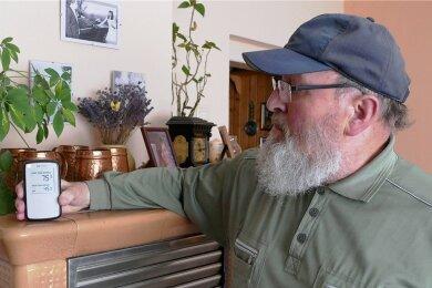 Im Wohnzimmer misst Gerd Bodo Glöckner regelmäßig die Radon-Aktivität. Aktuell liegt der Langzeitwert bei 75 Becquerel pro Kubikmeter.