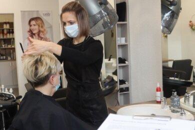 Friseurmeisterin Mandy Lux im Geschäft an der Leipziger Straße in Werdau. Rund ein Drittel aller Termine werden momentan von Kunden verschoben oder storniert.