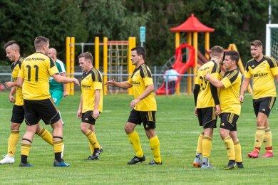 Toni Herrmann (Bildmitte) hat am Sonntag für die SpVgg Neumark Geschichte geschrieben. Im Derby beim BSV Irfersgrün erzielte er das erste Tor des Aufsteigers in der Vogtlandliga, das die überraschende 1:0-Führung in der 39. Minute bedeutete. Schon vier Minuten später schlug Thiem für den BSV zurück, der am Ende 4:1 gewann.