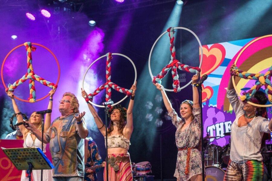 """Juni 2019: Mehr als 1000 Besucher erlebten auf dem Rochlitzer Berg bei der """"Performance zum Stein"""" das Ensemble """"The Love & Peace Revue"""". Die dieses Jahr für den 24. Juni geplante Veranstaltung hat der Miskus abgesagt."""
