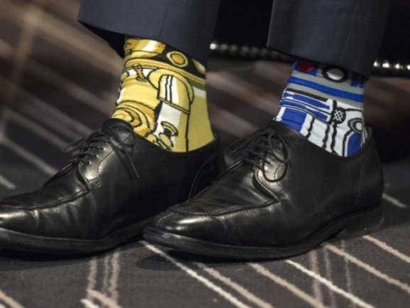 Justin Trudeau hat «R2-D2» and «C-3PO» am Fuß.