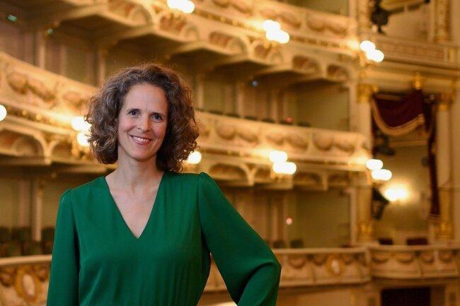 Nora Schmid, Intendantin der Oper Graz, an ihrer zukünftigen Wirkungsstätte: Die Schweizerin übernimmt mit der Spielzeit 2024/2025 die Leitung der Sächsischen Staatsoper Dresden.