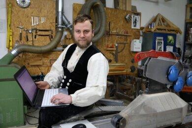 Axel Vogel hat nicht nur in seiner Rödlitzer Werkstatt schlechte Verbindung. In seiner Wohnung in der Nähe geht fast gar nichts.