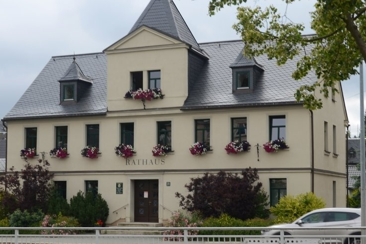 Das Ellefelder Rathaus wurde 1840 als Fleischerei erbaut, später diente es als Schule. Seit 1897 sitzt hier die Gemeindeverwaltung. Diese soll laut Ratsbeschluss perspektivisch ins Gebäude Hauptstraße 34 (Ellefelder Markt) umziehen.