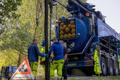 Zwei Saug- und Spülwagen sowie Kameratechnik zur Kanalinspektion hat der Zwav am Dienstag im Hofaupark auffahren lassen, um mit der Spezialtechnik Schäden an den Abwasseranlagen zu beseitigen. Foto: David Rötzschke
