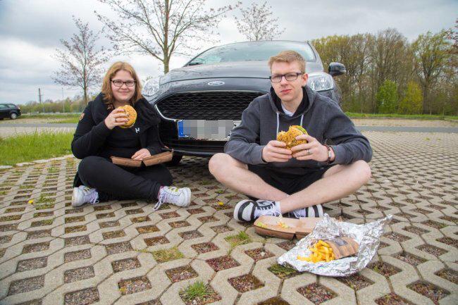 Susi Finkel und Patrick Reßewski aus Dresden ließen es sich am Parkplatz am Sportplatz schmecken.