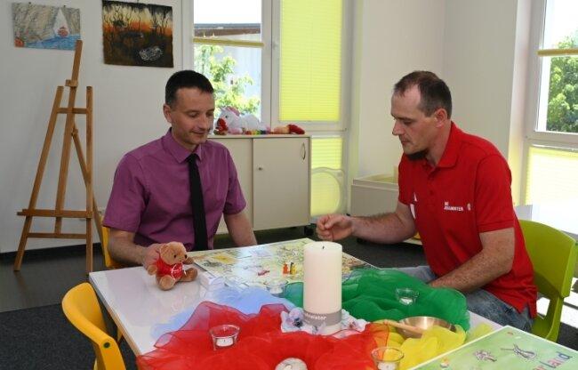 Lacrima-Leiter Sebastian Brückner (rechts) zeigt Ingo Reichel, Vorstand des Kreisverbandes Erzgebirge der Johanniter-Unfall-Hilfe, den Spiel- und Kreativbereich in dem neuen Trauerzentrum.