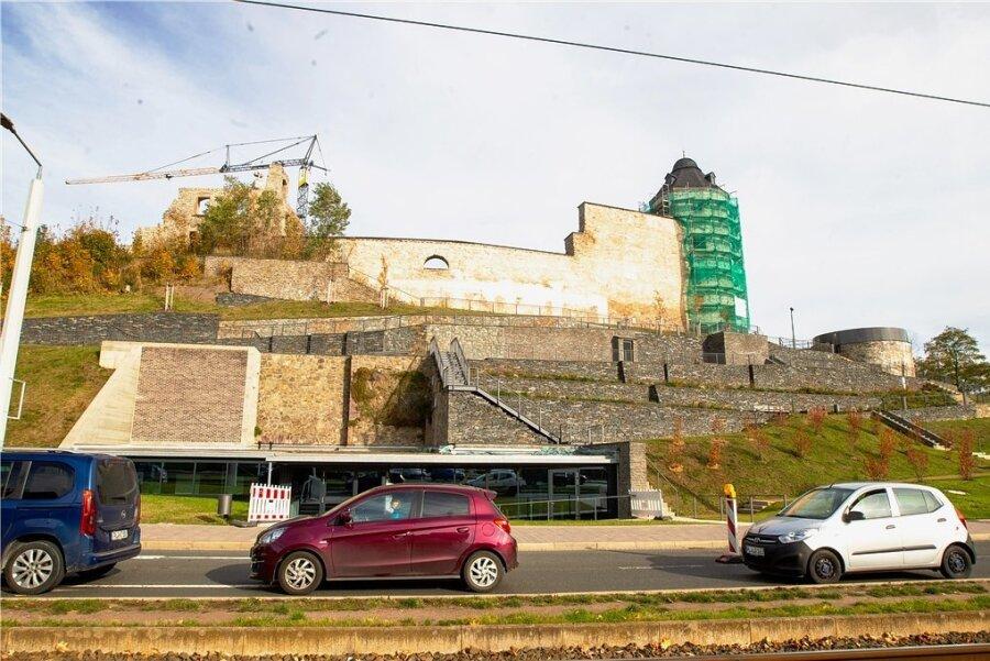 Die Schlossterrassen nach der offiziellen Freigabe am Montag: Rechts neben dem Roten Turm ist die Aussichtsplattform zu sehen. Der Turm selbst ist noch eingerüstet - er gehört dem Freistaat Sachsen.