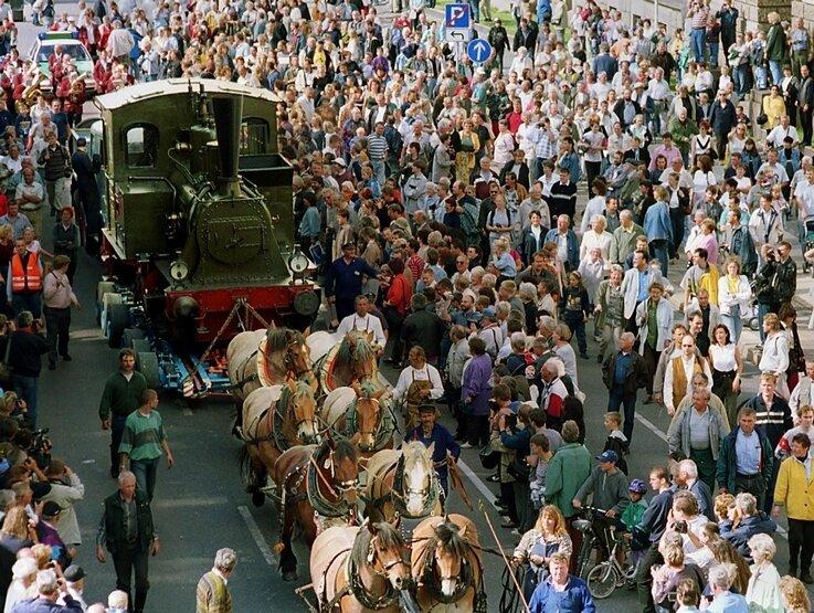 """<p class=""""artikelinhalt"""">Zuletzt wurde im September 2000 eine Hartmann-Lokomotive von Pferden durch die Innenstadt gezogen. Die Zeremonie erinnert an diese Transporte im 19. Jahrhundert, als die Hartmann-Werke an der heutigen Hartmannstraße noch keinen Bahnanschluss hatten.</p>"""