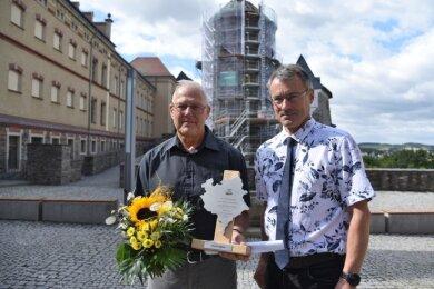 Den Ehrenamtspokal des Landkreises hat Ulrich Englert (links) am Mittwochmittag von Vizelandrat Uwe Drechsel erhalten.