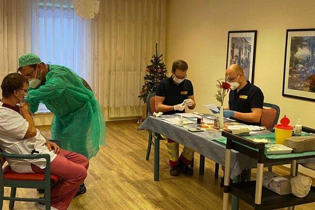 Hilfe vom Hausarzt zur Impfaktion in Chemnitzer Pflegeheim.