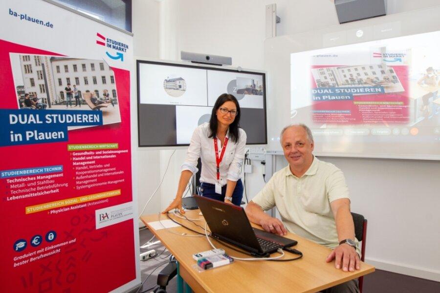Zum Tag des offenen Campus der Staatlichen Studienakademie Plauen am Samstag wollen Direktor Prof. Dr. Lutz Neumann und Sandra Bicker, Beauftragte für Öffentlichkeitsarbeit, mit Interessierten nicht nur digital, sondern auch vor Ort ins Gespräch kommen.