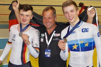 Gold und Silber für Deutschland: Der zweitplatzierte Zwickauer Nicolas Heinrich (links) freut sich mit Europameister Tobias Buck-Gramcko und Trainer Frank Augustin.