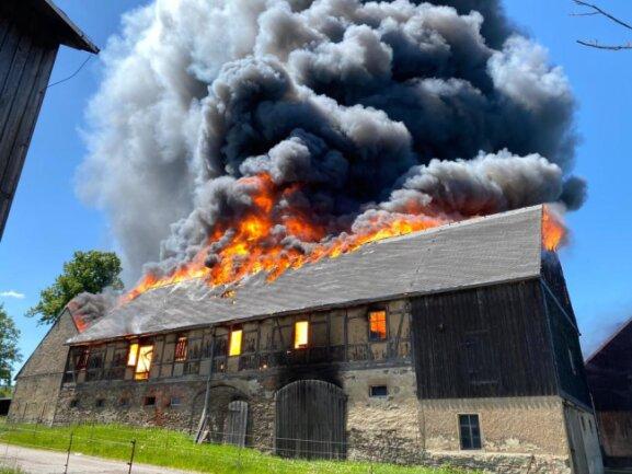 Die Scheunen standen am Montag lichterloh in Flammen.
