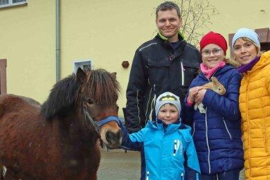 Marina und Jens Piehler, mit ihren Kindern Nele und Ole sowie dem Pony Kaspar auf ihrem Dreiseithof in Gablenz.