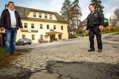 """Thomas Katzorreck (links), Inhaber des Landgasthofs """"Erbgericht"""" und Kfz-Meister Bert Brising freuen sich auf die neue Straße, haben aber Sorge, dass ihr Geschäft unter der Großbaustelle leidet."""