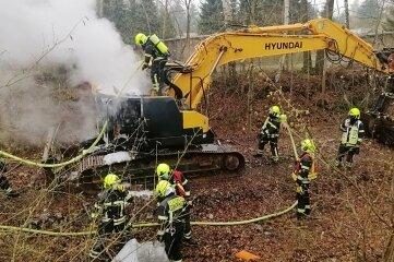 Die Feuerwehr löschte den Baggerbrand.