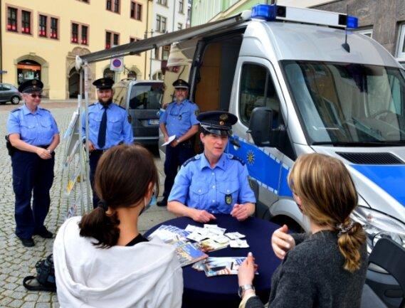 Auch Kathy Seyferth (vorn) beantwortete am Präventionsmobil der Polizei auf dem Markt in Mittweida die Bürgerfragen.