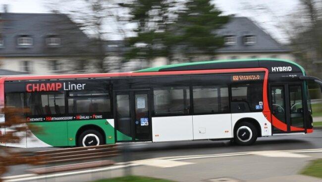 Einer von zwölf Hybridbussen fährt auf der Linie zwischen Chemnitz und Penig.
