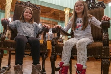 Probesitzen: Josy Mohr (links) und Nikita Ihle kurz nach ihrer Wahl ins Kinderbürgermeisteramt. Heute sind sie elf Jahre alt.