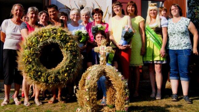 Die Landfrauen trugen schon einmal, 2016, den Wettbewerb in der Irfersgrüner Kirche aus. Das Bild zeigt sie damals vor dem Gotteshaus.
