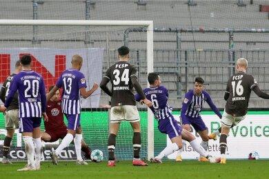 Simon Makienok (r.) trifft zum 2:2 für St. Pauli. Florian Ballas (3.v.r.) kommt einen Schritt zu spät, um den Schuss des Dänen zu blocken.