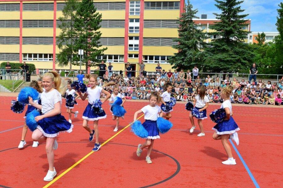 Zur Einweihung des Sportplatzes der Bernhard-Schmidt-Grundschule in Mittweida zeigte die neue Cheerleadergruppe ihr Können. Rund 630.000 Euro hat die Sanierung der Anlage gekostet.