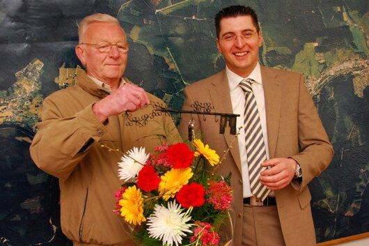 Am 12. April 2010 hatte Thomas Hennig als neuer Bürgermeister von Zwota symbolisch den Amtsschlüssel von seinem langjährigen Vorgänger Siegward Glaß (links) übernommen.