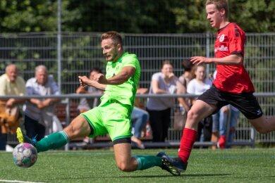 Langes Bein und rein: Tom Dörner stellte mit dem 2:0 die Weichen für den Werdauer Sieg im Kreispokalfinale. Dustin Beetz vom SV Heinrichsort/Rödlitz kann den Treffer nicht verhindern.