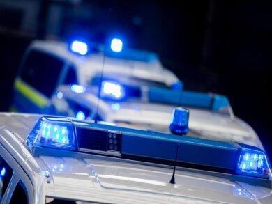 Mehrere Einsatzwagen der Polizei haben das Blaulicht eingeschaltet und sind auf dem Weg zu einem Einsatz.