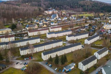 Die großen Wohnhäuser rings um die Rathausstraße in Bad Schlema gehören zum Bestand der Gebäude- und Wohnungsverwaltung Schlema. Zwei Mehrfamilienhäuser unterhalb der Bundesstraße 169 (im Bild oben) ließ der Großvermieter in diesem Jahr abreißen, um den Leerstand zu verringern.