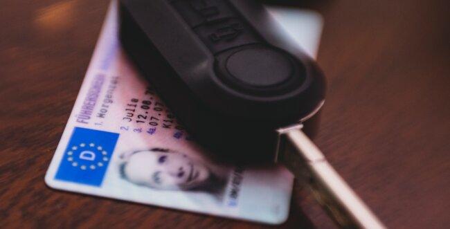 """Ziel des Führerscheinumtauschs: Der neue, fälschungssichere Führerschein in Scheckkartenformat. Bis 2033 müssen Millionen der älteren """"rosa Führerscheine"""" umgetauscht werden."""