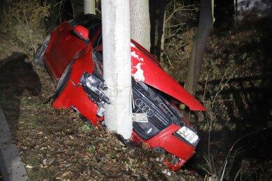 Bei einem Unfall im Lichtenauer Ortsteil Niederlichtenau sind am späten Samstagabend fünf Insassen eines Audis leicht verletzt worden.