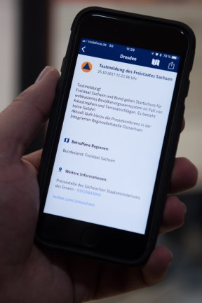 """An die Nutzer der App """"Nina"""" wurde gestern mit dem neuen Warnsystem eine Testnachricht verschickt."""