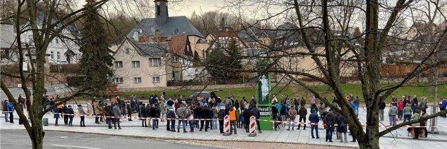 Etwa 200 Menschen haben sich am Montagabend auf dem Oelsnitzer Marktplatz zusammengefunden, um gegen die geltenden Corona-Schutzmaßnahmen zu demonstrieren.