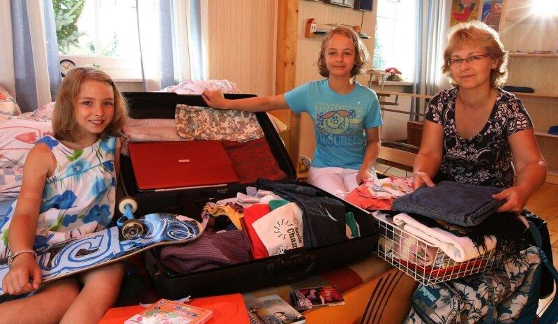 """<p class=""""artikelinhalt"""">Marina Jandek geht mit ihren Töchtern Claudia (rechts) und Madeleine für ein Jahr nach China. </p>"""