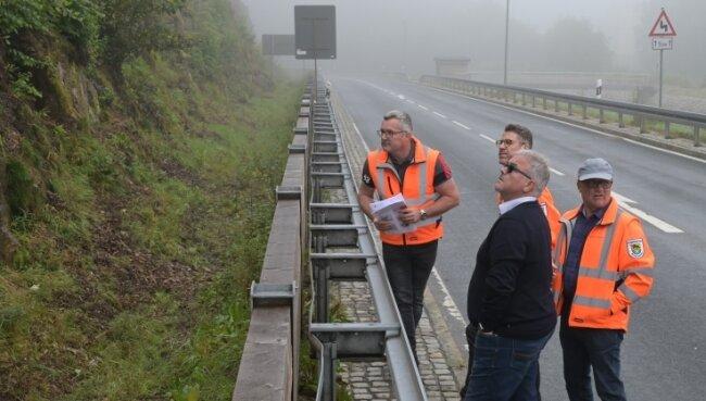 An der S 277 in Schönheide ging es auch um die Sicherung von Felsen. Darüber sprachen André Arnold, Rico Ott, Landrat Frank Vogel und Thomas Bretschneider (von links).