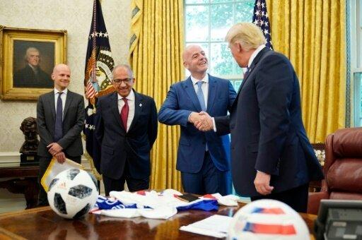 Trump (r.) begrüßt Infantino im Weißen Haus
