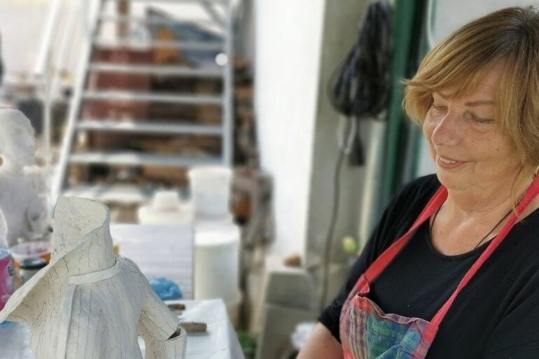 """Die Diplom-Textil- und Modedesignerin Edith Friebel-Legler mit ihrem Werk """"Handarbeit""""."""